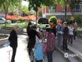 中國天氣網訊 在我國防災減災日到來之際,河北省衡水市氣象局的工作人員走進當地企業、社區,為公眾科普講解氣象防災減災知識,發放科普宣傳手冊。通過工作人員的耐心講解,很多市民對氣象災害的認識和防范能力得到了提高,受到當地群眾的一致歡迎。圖為工作人員在社區發放宣傳手冊。(圖/楊俊平)