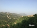 中国天气网讯 昨天(16日),河北局地再次出现沙尘天气。在承德金山岭长城景区,午后开始沙尘迅速将景区笼罩了起来,天空也由蓝色转为昏黄,阳光也被沙尘遮挡了光芒。当地群众介绍,昨天的这场沙尘是金山岭长城景区今年出现的最明显的沙尘天气。而根据的气象部门预报,今明两天(17-18日)承德当地风力较大,局地仍有扬沙或浮尘。提醒前往当地的公众及游客,做好沙尘天气的防护。(图/周万平)