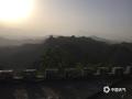 昨天(16日),河北局地再次出现沙尘天气。在承德金山岭长城景区,午后开始沙尘迅速将景区笼罩了起来,天空也由蓝色转为昏黄,阳光也被沙尘遮挡了光芒。当地群众介绍,昨天的这场沙尘是金山岭长城景区今年出现的最明显的沙尘天气。而根据的气象部门预报,今明两天(17-18日)承德当地风力较大,局地仍有扬沙或浮尘。提醒前往当地的公众及游客,做好沙尘天气的防护。(图/周万平)