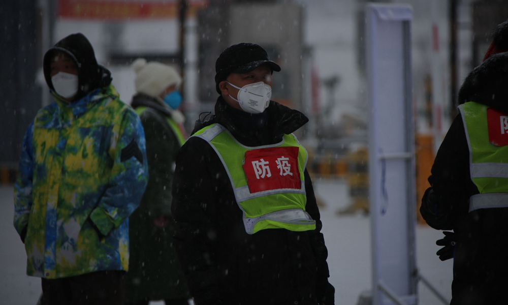 牡丹江多地降大雪 防疫人员雪中工作