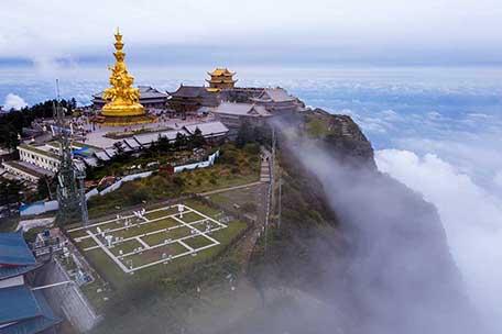 云雾中的气象站  似仙境般如梦似幻