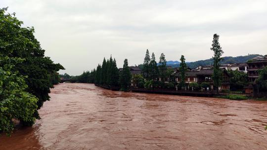 雨后柳江古镇水涨河水黄,游客游玩兴致未减