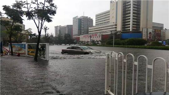 """昆明官渡区遭短时强降雨""""袭击"""" 积水最深处达60公分"""