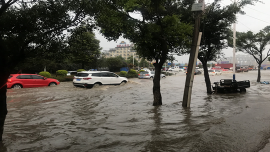 云南保山遇强降水 导致城市内涝