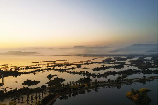 云雾与晨曦下的山水画——异龙湖