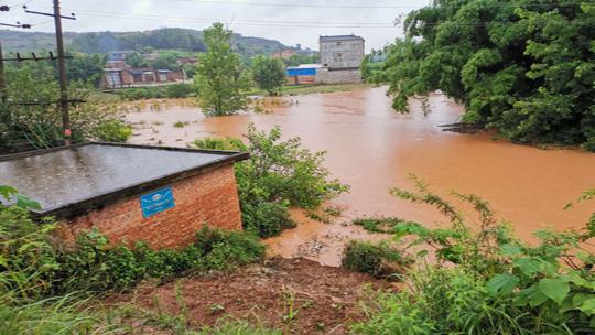 云南石林普降大雨多个街道出现洪涝灾害 境内河水暴涨部分民宅进水