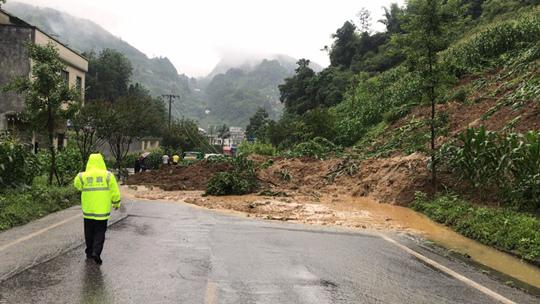 云南威信县突降暴雨 引发多路段塌方