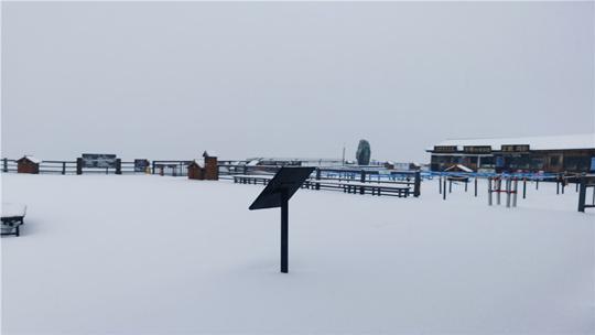 丽江玉龙雪山喜迎降雪 银装素裹的雪山巍峨壮丽