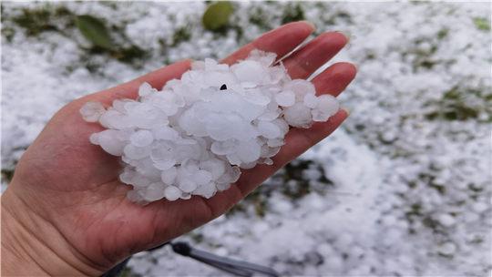 云南文山州遭遇剧烈冰雹天气袭击