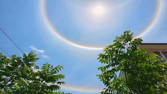 五月第一天广南上空出现罕见三层三环日晕