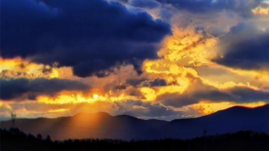 香格里拉五彩斑斓的晚霞尽染山峦