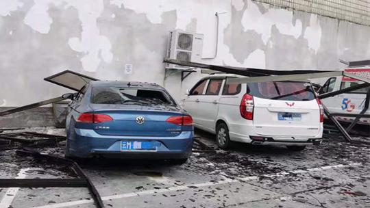 云南昌宁遭遇强对流天气 大风吹倒树木吹落窗户砸毁汽车