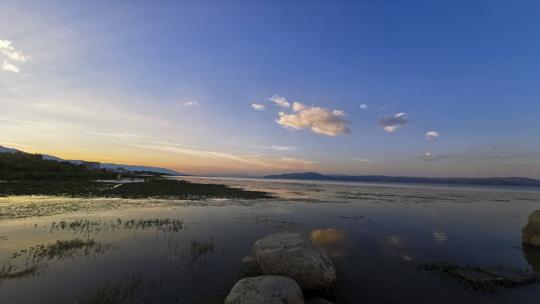 秋日黄昏下的苍山洱海